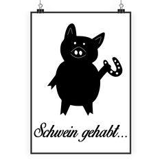 Poster DIN A2 Schwein mit Hufeisen aus Papier 160 Gramm  weiß - Das Original von Mr. & Mrs. Panda.  Jedes wunderschöne Poster aus dem Hause Mr. & Mrs. Panda ist mit Liebe handgezeichnet und entworfen. Wir liefern es sicher und schnell im Format DIN A2 zu dir nach Hause.    Über unser Motiv Schwein mit Hufeisen  Schweine gehören zu den ältesten Haustieren der Welt. Sie sind sehr intelligent und lieben es, zu schwimmen und zu baden. Die kleinen Ferkel sind unglaublich niedlich anzuschauen und…