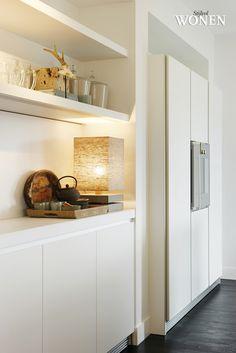 Stijlvol Wonen: het magazine voor warm-hedendaags wonen - ontwerp: RAW Interiors - fotografie: Tessa Francesca #keuken #legplanken #styling #blackwhite
