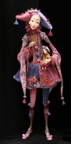 Jester doll holding a Jester doll, brilliant! Pierrot Clown, Porcelain Dolls Value, Fine Porcelain, Porcelain Tile, Porcelain Skin, Painted Porcelain, Marionette, Art Textile, Paperclay