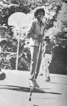 Michael Jackson (his brothers are in the background) - Cuteness in black and white ღ The Jackson Five, Jackson Family, Photos Of Michael Jackson, The Jacksons, Rare Pictures, New Toys, Boy Bands, Singer, Photoshoot