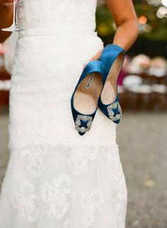 """Pin for Later: 23 süße Ideen, """"etwas Blaues"""" an eurem Hochzeitstag zu tragen Ein paar blaue High Heels Foto von Sylvie Gil Photography via Style Me Pretty"""