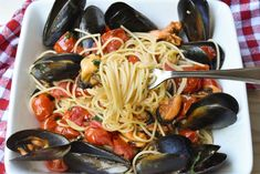 This classic Italian Spaghetti pasta con le cozze (with mussels) is a real show stopper and you can recreate this perfect summer recipe in under 25 minutes. Buon Appetito! Seafood Pasta Recipes, Italian Pasta Recipes, Best Italian Recipes, Mussels, Pasta Dishes, Summer Recipes, Classic Italian, Spoon