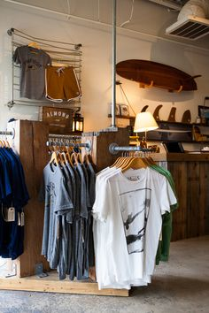 20 clothing store display ideas for teen shop'er home design and inter Home Design, Shop Interior Design, Retail Design, Clothing Store Displays, Clothing Racks, Surf Store, Beach Stores, Teen Shopping, Le Shop