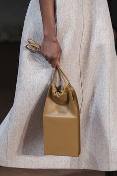 Jil Sander at Milan Fashion Week Fall 2019 - Details Runway Photos Source by kngknitting Bags trend Fall Handbags, Purses And Handbags, Unique Handbags, Vintage Purses, Contemporary Fashion, Jil Sander, Beautiful Bags, Outfit, Bucket Bag