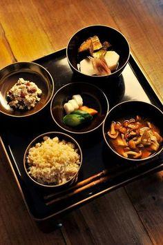 お椀も美しい!正しい和食の並べ方です。お椀にも統一感があり、海外のお友達にも喜ばれそうですよね!