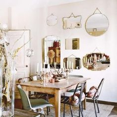 Here's how to display vintage mirrors! (for the brocante, flea market addict who cannot stop buying...)