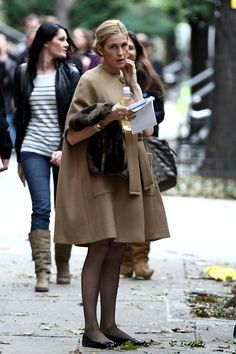 "Kelly Rutherford Photos Photos - The stars of ""Gossip Girl"" are dressed for fall as they walk around the set in between takes. - Autumn Falls on 'Gossip Girl'"