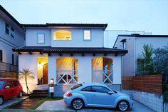 塗り壁に落ちるライトの陰影が美しい。夕暮れのサーファーズハウス|大阪で注文住宅建てるならヴィンテージホームズ|#注文住宅 #インテリア #マイホーム #新築 #暮らし #家 #住宅 #輸入住宅 #工務店 #家づくり #住まい #施工事例 #おしゃれな家 #一戸建て #ヴィンテージホームズ #アメリカン #サーファーズハウス #西海岸スタイル #カリフォルニア #外観