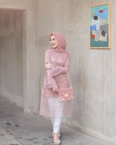 3 Pink Brocade Tunic Models Make Hijaber Look Sweet When Invited Model Kebaya Brokat Modern, Kebaya Modern Hijab, Kebaya Hijab, Kebaya Muslim, Hijab Gown, Hijab Dress Party, Hijab Style Dress, Casual Hijab Outfit, Kebaya Pink