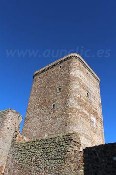 Detalle de la muralla exterior y de la torre del homenaje del Castillo de Feria, Comarca de Zafra Río Bodión, Badajoz. Extremadura, Spain.