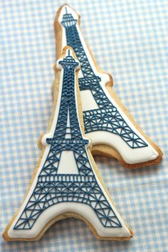 How to make Eiffel Tower Cookies from the Tomkat Studio. Perfect if you are throwing a Glamour Girl or Paris Themed Party Galletas Cookies, Iced Cookies, Cute Cookies, Royal Icing Cookies, Cupcake Cookies, Sugar Cookies, Paris Cupcakes, Crazy Cookies, Fondant Cookies