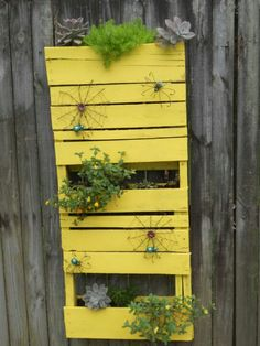 Pallet for the garden - nice and bright!