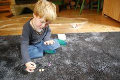 Hádej, hádej, kde je...    Zvolte dle schopností dětí počet koleček, které jsou schopné si zapamatovat a pojmenovat. Kolečka postavte do řady a postupně společně říkejte jejich barvy. Potom je otočte nepomalovanou stranou nahoru. Hádejte společně, kde je jaká barva.