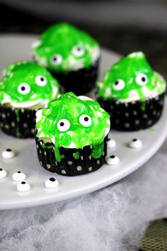 These Slimy Monster Cupcakes are as easy to make as can be. Kids will eat em up! #halloween