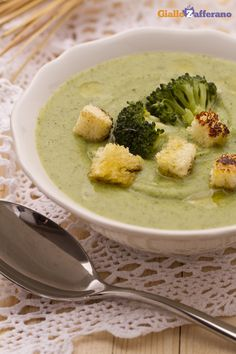 La vellutata di #broccoli (cream of broccoli soup) è un primo piatto vegetariano semplice e gustoso, reso ancora più cremoso dall'aggiunta di patate e porri. #ricetta #GialloZafferano #italianfood #italianrecipe