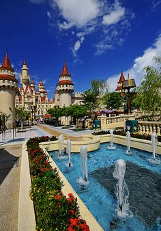 Far Far Away Kingdom - Universal Studios Singapore: Don't leave without visiting this castle. Watch Lord Farquaad's ghost unleash evil in the lives of Shrek and his friends in the dungeon and experience the thrill of the theater Singapore Sights, Holiday In Singapore, Singapore Malaysia, Singapore Travel, Disney Universal Studios, Universal Studios Singapore, Amazing Places On Earth, Beautiful Places To Visit, Marina Bay