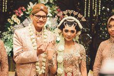 Pernikahan Adat Jawa Jihan dan Tatok di Semarang - Wedding Couples, Diy Wedding, Dream Wedding, Wedding Stuff, Wedding Ideas, Javanese Wedding, Akad Nikah, Semarang, Antara