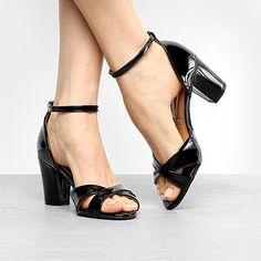 Compre Sandálias De Salto Médio Mulheres Tira No Tornozelo Sandálias De Luxo Sapatos De Festa De Couro Preto Moda Cristais Sandália Sandália Gatinho