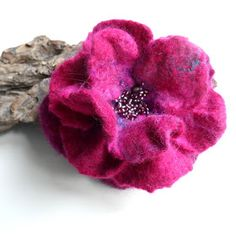 Wet Felting Projects, Needle Felting Tutorials, Felted Wool Crafts, Felt Crafts, Felt Flowers, Fabric Flowers, Zipper Flowers, Felt Flower Tutorial, Bow Tutorial