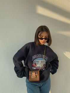 Quarantine Looks para grabar TikToks en casa Aesthetic Fashion, Aesthetic Clothes, Look Fashion, 90s Fashion, Korean Fashion, Fashion Blouses, Teen Fashion Outfits, Aesthetic Vintage, Office Fashion