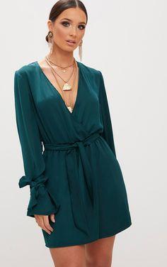 Robe droite cache coeur en satin vert émeraude noeuds aux manchesCette sublime robe en satin vert...