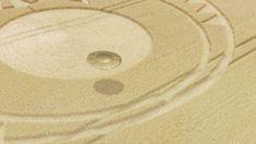 OZN surprins în timp ce făcea crop circles lângă Stonehenge!