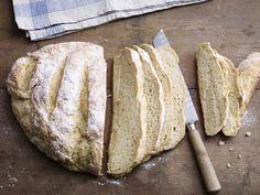 Haben Sie schon einmal Brot ohne Hefe gegessen? Es ist wirklich sehr lecker und Sie sollten das Rezept schnell ausprobieren.