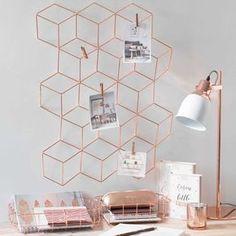 Fotopinnwand aus roségoldenem Metall für eine schöne Büroeinrichtung.