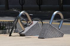 Rastrelliere bici strane e divertenti - Creative and funny bicycle racks Pimp Your Bike, Espace Design, Urban Furniture, Street Furniture, Bike Parking, Bike Rack, Sculpture, Outdoor Art, Urban Planning