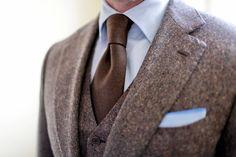 Detalhes que fazem a diferença: vinco na gravata, mix de texturas, lenço no bolso, colete + terno e camisa com gola impecável!