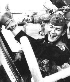 Pilote de l'US Air Force avec une Glycine Airman durant la guerre du Vietnam.