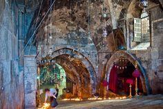14. La tumba de María, madre de Jesús, está marcada por una de las iglesias más venerables de Jerusalén, situada en el Valle de Cedrón, al pie del Monte de los Olivos, cerca del Huerto de Getsemaní: Junto a la gruta del prendimiento y a la basílica de Getsemaní, bajando muchas escaleras, se conserva la tumba de María.