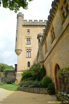 La date de la construction du Château de Puymartin remonterait au XIIIe siècle vers 1269. Les abbés de Sarlat le donnèrent en fief en 1271 à la famille des Serviens. Ce château n'était pas isolé, du haut de ses coteaux ; un village né de l'essor démographique du XIIe (aujourd'hui détruit), l'entourait en contrebas. Ce château était aussi à la frontière entre la France et l'Angleterre quand commença la Guerre de Cent Ans en Périgord. Une trêve de deux ans fut conclue en 1356 entre Jean Le…