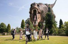corredores detrás del dinosaurio