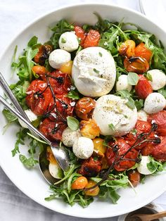 Ensalada Caprese con tomates al horno y Burrata.
