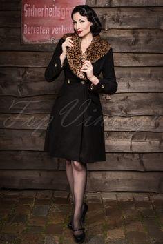 Wow wie heiß! Dieser luxuriöse 50s Schwarz Winter Mantel With Leopard Printvon Bannedist das ideale Beispiel von Retro Kleidung! Der elegante Mantel ist inspiriert an der Mode aus den 50er Jahren und hergestellt aus einem dicken, aber trotzdem schmeichelnden Baumwolle Mix in einem zeitlosen Schwarz. Der breite Kragen ist versehen mit sanftem Webpelzbesatz in einem pfiffigen Leopardenmuster das wundervoll kontrastiert zu dem schwarzen Stoff und der leicht entfernt werden ...