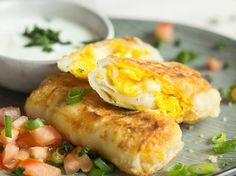 Knusprige Rühreirollen mit Käse und Sour-Cream-Dip