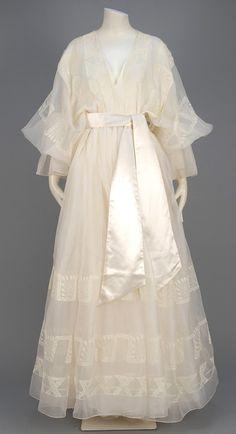 Smug Mug Auction Vintage Mode, Vintage Gowns, Vintage Outfits, Vintage Fashion, Victorian Dresses, Pretty Outfits, Pretty Dresses, Beautiful Dresses, Old Fashion Dresses
