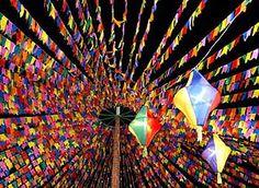 Bandeirinhas e balões de seda das festas juninas