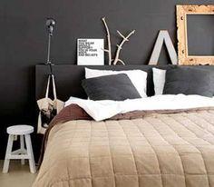 Chambre déco arty avec tête de lit et mur chocolat