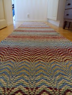Aallon harjalla matto Soothing Colors, Weaving Projects, Tapestry Weaving, Recycled Fabric, Woven Rug, Scandinavian Style, Handmade Rugs, Textile Art, Colorful Rugs