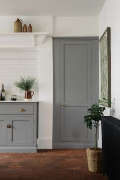 A wonderfully simple and rustic Georgian townhouse with a beautiful Lead grey deVOL Shaker kitchen and incredible terracotta floor Kitchen Cupboard Colours, Cosy Kitchen, Farmhouse Kitchen Decor, Kitchen Interior, New Kitchen, Teracotta Floor, Devol Shaker Kitchen, Kitchen Flooring, Home Deco
