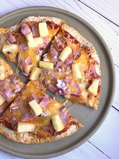 These skinny Hawaiian pizzas are made with a special pizza sauce, pineapple, ham, red onion, Colby Jack cheese on a thin crust. Just 6 WW SP per pizza! Ww Recipes, Lunch Recipes, Healthy Dinner Recipes, Summer Recipes, Healthy Foods, Skinny Pizza, High Fiber Low Carb, Weight Watchers Meal Plans, Recipe Builder