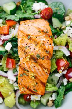 Recipes Salmon Salmon Greek Salad with Lemon Basil Dressing - A light and healthy recipe that tastes amazing! Crisp vegetables are tossed in a tangy lemon basil dressing and topped with flaky salmon. Grilled Salmon Salad, Salmon Salad Recipes, Greek Salad Recipes, Salad Recipes For Dinner, Healthy Salad Recipes, Grilled Fish, Clean Eating Salmon, Clean Eating Snacks, Healthy Grilling