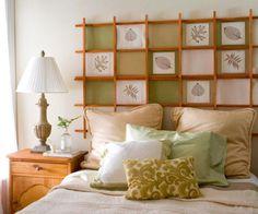 Cabeceira de cama com ripas de madeira de desenhos em telas.