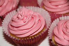 Vaniljemuffins med rosa krem - My Little Kitchen Little Kitchen, Sweet Tooth, Muffins, Deserts, Food And Drink, Baking, Frosting, Pink, Kitchen Small