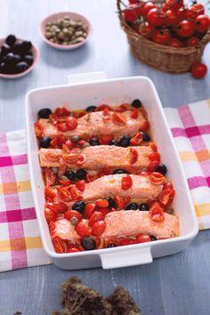 Filetti di salmone alla mediterranea: un ottimo secondo piatto di pesce, che racchiude tutti i sapori del meridione e sprigiona tipici profumi.  [Mediterranean salmon]