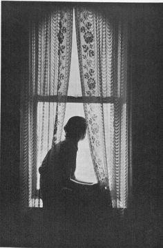 Roy DeCarava Les plus beaux voyages se font par la fenêtre…. Window Photography, Fine Art Photography, Alone Photography, Fashion Photography, Roy Decarava, Arte Van Gogh, Looking Out The Window, Foto Pose, Monochrom