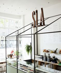 SLA Amsterdam is a restaurant dedicated to salads. The salad bar is located in the De Pijp neighborhood and serves juices, soups and little snacks. Deco Restaurant, Restaurant Design, Modern Restaurant, Organic Restaurant, Cafe Bar, Commercial Design, Commercial Interiors, Casa Wabi, Rue Verte