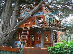 one of the most amazing tree houses i have seen.. gorgeous!